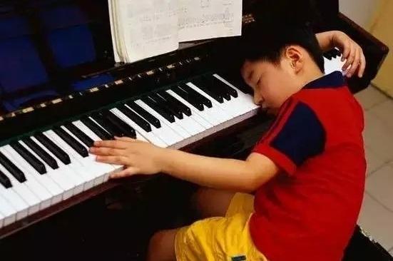 钢琴教育其实一直都存在着这样的误区,那就是,一味地追寻钢琴成功教育,以成为郎朗、李云迪为目标,忽略孩子的快乐感受。成功固然重要,但却不能代替快乐。让孩子从小体验钢琴带来的快乐,成为一个乐观主义者,比成功更重要。曾经跟培训班的老师闲聊时,钢琴老师一不小心说漏了嘴其实90%以上的钢琴学习者都是白学。当时听来或许有点偏激,现在细想一下,确实是那么一回事!